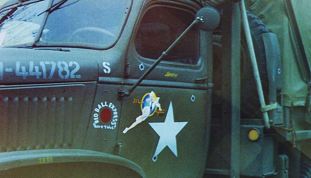 Pin-up airbrush, Oldtimer legervoertuig.